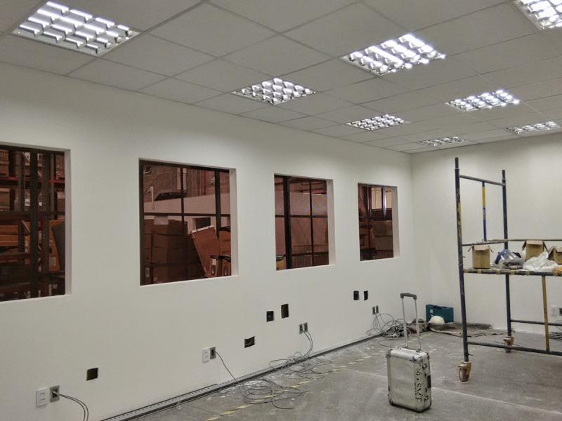 Imagem Lenovo Comercial – Construção de sala para escritório dentro de galpão de armazenagem